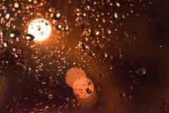 abstrakcyjny tło Krople na szkle w nocy z bokeh zdjęcia stock