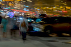 abstrakcyjny tło Ulica, dziewczyna z plecakiem z powrotem my i inni ludzie Blisko parking, ruch plama Pojęcie Zdjęcia Stock