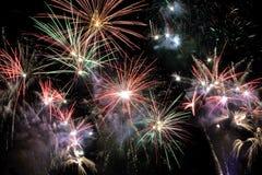Abstraktów barwioni fajerwerki na nocnym niebie Obrazy Stock