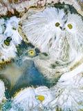 Abstraktów wzory na ziemi od wody leją się przypominający ow Zdjęcia Stock