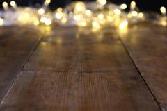Abstraktów zamazani bożonarodzeniowe światła na drewnianym stole Obrazy Royalty Free