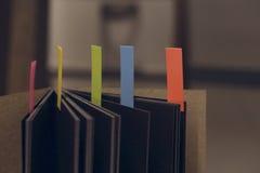 Abstrakt anteckningsbok med färganmärkningsfliken Arkivfoto