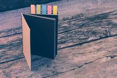 Abstrakt anteckningsbok med färganmärkningsfliken Anteckningsbok med färganmärkningen Fotografering för Bildbyråer