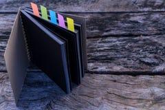 Abstrakt anteckningsbok med färganmärkningsfliken Anteckningsbok med färganmärkningen Royaltyfri Bild