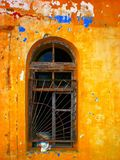 Abstrakt apelsin-guling gammal vägg Arkivfoton