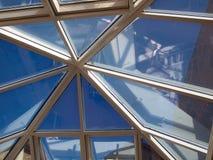 abstrakt arkitektoniskt takexponeringsglastak Royaltyfria Bilder