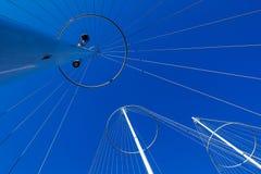 Abstrakt arkitektur, metalliska stolpar med rader Royaltyfria Foton