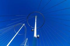 Abstrakt arkitektur, metalliska stolpar med rader Arkivfoton