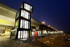 Abstrakt arkitektur på natten Royaltyfri Foto