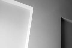 Abstrakt arkitektur, vit vägg med garnering Arkivfoto