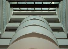 Abstrakt arkitektursammansättning med att leda linjer Runda balkonger för vit Royaltyfri Foto