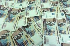 Abstrakt bakgrund av bills för rouble för ryss för pengarstapel 500 bakgrundsborsteclosen isolerade fotografistudiotanden upp whi Royaltyfri Foto