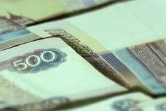 Abstrakt bakgrund av bills för rouble för ryss för pengarstapel 500 bakgrundsborsteclosen isolerade fotografistudiotanden upp whi Arkivbilder