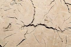 Abstrakt bakgrund av den spruckna leraväggen Arkivbilder