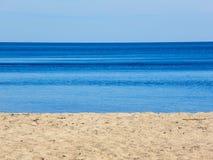 Abstrakt bakgrund av den tomma sandiga kusten Royaltyfri Foto