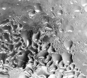 Abstrakt bakgrund av droppar på grått exponeringsglas Arkivbild