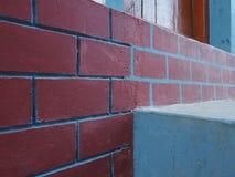Abstrakt bakgrund av gamla framstickanden för vägg för för murverkburgundy färg och blått Royaltyfria Bilder