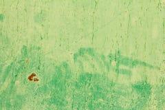 Abstrakt bakgrund av gammal grön målarfärg på metallyttersidan Arkivbilder