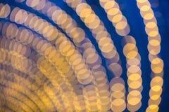 Abstrakt bakgrund av gula ljus på en blå himmel för natt Royaltyfri Bild