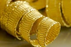 Abstrakt bakgrund av guld- bandtrådar Royaltyfri Foto