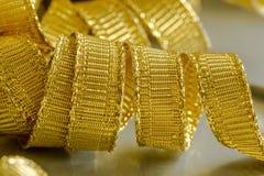 Abstrakt bakgrund av guld- bandtrådar Royaltyfria Bilder