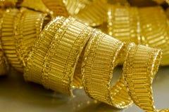 Abstrakt bakgrund av guld- bandtrådar Arkivfoto