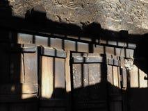 Abstrakt bakgrund av kombinationen av trä och stenen ytbehandlar med fläckar av ljus och skugga Royaltyfria Foton