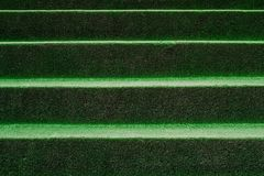 Abstrakt bakgrund av konstgjort gräs på trappan Arkivbild