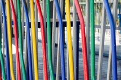 Abstrakt bakgrund av kulöra rör Det är det färgrika staketet royaltyfri fotografi