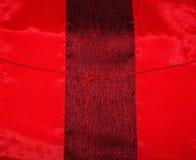 Abstrakt bakgrund av ljust färgat rött silke Arkivfoton