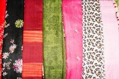 Abstrakt bakgrund av ljust färgat textilsilke Arkivfoto