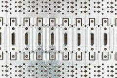 Abstrakt bakgrund av perforerade metallplattor Arkivfoton