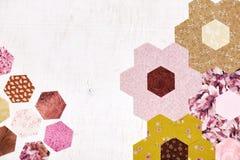 Abstrakt bakgrund av sexhörniga stycken av täcket för trädgård för blomma för tygfarmor` s Royaltyfri Fotografi