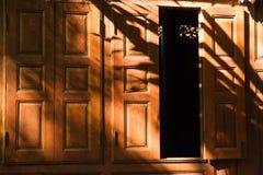 Abstrakt bakgrund av skuggor spricker ut på en träväggbakgrund Arkivbild