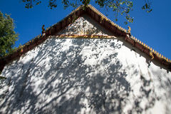 Abstrakt bakgrund av skuggor spricker ut på en vit väggbakgrund Arkivfoton