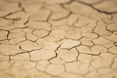 Abstrakt bakgrund av sprucket torrt land, lutandeförskjutningseffekt arkivfoton