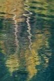 Abstrakt bakgrund av stillsamma vattenreflexioner Royaltyfri Foto