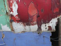 Abstrakt bakgrund av stycken av kryssfanerväggen, ljus färgrika fläckar av limefrukt, rött, vit och lilor, i lägre högert hörn av Arkivbild