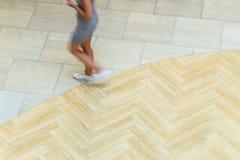 Abstrakt bakgrund av suddighet i rörelsediagram av en ung kvinna Arkivfoton
