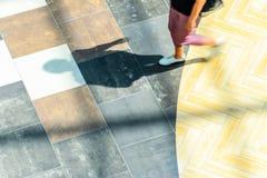 Abstrakt bakgrund av suddighet i rörelsediagram av en yang kvinna Arkivbild