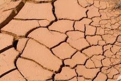 Abstrakt bakgrund - den torra yttersidan av jorden med sprickor Royaltyfri Fotografi