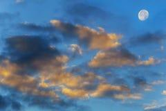 Abstrakt bakgrund, färgrika rosa färger, lilamoln och fullmåne med skinande på skymningaftonhimmel Arkivfoto