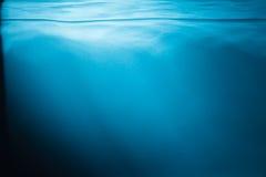Abstrakt bakgrund för blått vatten fotografering för bildbyråer