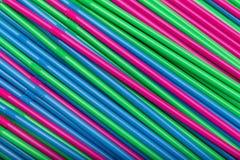 Abstrakt bakgrund för coctailsugrör av olika färger royaltyfria bilder