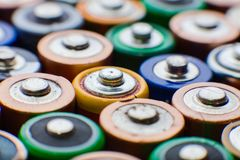 Abstrakt bakgrund för energi av färgrika batterier Arkivfoton