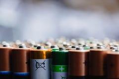 Abstrakt bakgrund för energi av färgrika batterier Arkivfoto
