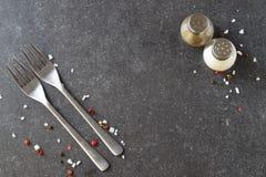 Abstrakt bakgrund för grå färger med salta och pepparshaker för gafflar, placera text Royaltyfria Bilder