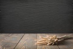 Abstrakt bakgrund för kök Trätabletopen med öron av vete och svart kritiserar den svart tavlan för skärm eller montage fotografering för bildbyråer