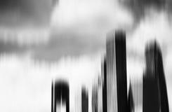 Abstrakt bakgrund för svartvita skyskrapor för rörelsesuddighet Arkivbilder