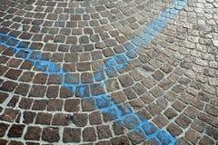 Abstrakt bakgrund för trottoar med blåa remsor Arkivfoto